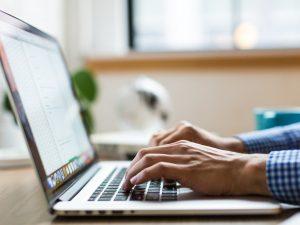 Enkel laptop som underlättar jobb och studier